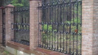 Металлические ограждения в обустройстве территории загородного дома